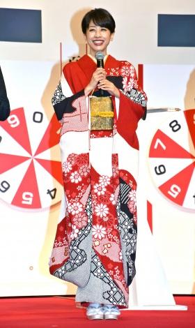 艶やかな着物姿で登場した加藤綾子アナウンサー全身ショット