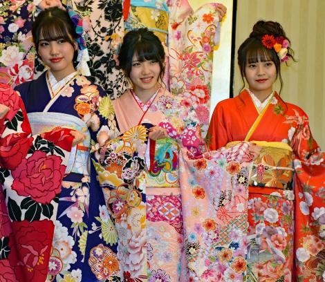 (左から)AKB48の加藤玲奈、村山彩希、湯本亜美=AKB48グループ成人式記念撮影会 (C)ORICON NewS inc.