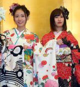 (左から)NMBE48の内木志、古賀成美=AKB48グループ成人式記念撮影会 (C)ORICON NewS inc.