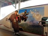 JR九州新幹線にNHK大河ドラマ『西郷どん』のラッピング車両が登場。出発式に鈴木亮平が参加(C)NHK