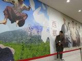 「西郷どん新幹線」に乗って鹿児島中央駅に到着した鈴木亮平がパネルにサイン(C)NHK
