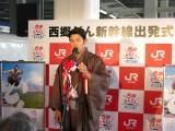 「気合を入れて」自前の大島紬で登場した鈴木亮平(C)NHK