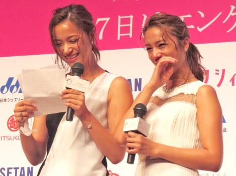 妹・高橋ユウ(左)からの手紙に涙んだ高橋メアリージュン=『第3回ベストエンゲージメント2015』表彰式(右) (C)ORICON NewS inc.