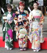 今年新成人となるたE-girlsの(左から)山口乃々華、須田アンナ、坂東希=シングル「あいしてると言ってよかった」ヒット祈願 (C)ORICON NewS inc.