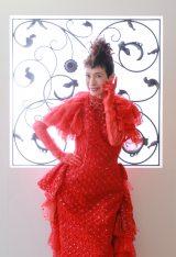 今年還暦を迎える久本雅美が赤いちゃんちゃんこならぬ「赤いドレス」に感激(C)カンテレ
