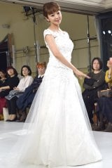1点ものの新作ドレスを着用してウォーキングを披露した神田うの=ウエディングドレスブランド『シェーナ・ドゥーノ』新作発表会(C)ORICON NewS inc.