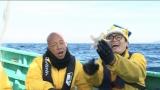 東京湾で新種発見に挑んださかなクン(右)と小峠英二(バイきんぐ)(C)TBS