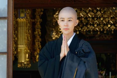 木村佳乃、人生初、美しい剃髪姿で『相棒』再登場。1月24日・31日、2週連続放送「300回記念スペシャル」より(C)テレビ朝日