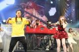 「恋するフォーチュンクッキー」でTRFのSAM&DJ KOOとコラボ (C)AKS