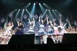 アンコール「靴紐の結び方」(アルバム選抜メンバー ※センター岡田奈々)=『AKB48グループリクエストアワー セットリストベスト100 2018 100』(C)AKS