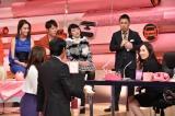 元カノの写真を手に明石家さんまから遠ざかる岡村隆史(C)日本テレビ
