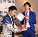 """誕生日の川西賢志郎(右)へ""""肉ケーキ""""がプレゼント (C)ORICON NewS inc."""