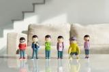 アニメ『おそ松さん』キャラクター・イヤミが、製造ミスを気にせずに企画販売している「6つ子の公式フィギュア」