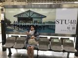 兵庫を訪問後、東京駅でSTU48のポスターをバックに記念撮影する瀧野由美子(C)STU