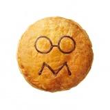 お米の粒をイメージしたメガネとミートのMを表した口の『ツナクリームリゾット&クラシックミンスビーフ』(税込421円)