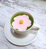 桜のマシュマロが春を思わせる、心温まるドリンク『花咲く抹茶ラテ』(税抜741円、「FLOWERS by NAKED 輪舞曲」会場にて先行販売)