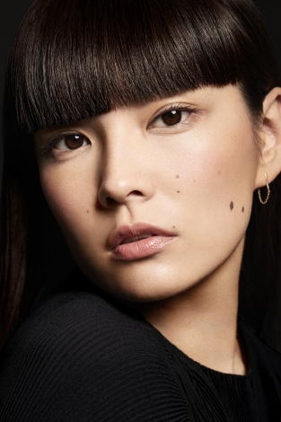 『Cle de Peau Beaute』のWEBムービーに出演する秋元梢【AFTERNOON】