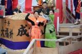 大阪・成田山不動尊「追儺(ついな)豆まき式」に登場した(左から)葵わかな・徳永えり (C)NHK