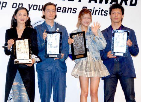 サムネイル 相葉雅紀、黒木メイサと共に『ベストジーニスト2012』を受賞した(左から)夏木マリ、井浦新、ローラ、村田諒太選手 (C)ORICON DD inc.