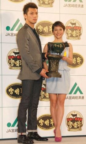 『宮崎牛すき焼き晩餐会』PRイベントに出席した(左から)村田諒太、神戸蘭子 (C)ORICON NewS inc.
