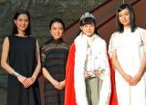 (左から)プレゼンターを務めた山崎紘菜、上白石萌音、グランプリの福本莉子さん、上白石萌歌 (C)ORICON NewS inc.