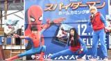 よしこにスパイダーマンのポーズを教える須賀健太 (C)ORICON NewS inc.