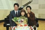 共演する市毛良枝(右)、杉尾祐介(左)も祝福!(C)テレビ朝日