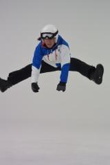 スノーボードの衣装で全力ジャンプする高橋大輔