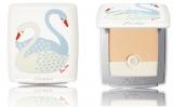 優雅な白鳥の特別感が、持つ人に幸福感をもたらす。日本限定発売コンパクト『ベルル ブラン ライトブースター コンパクト スワン バイ ロス・リー』(税抜9000円)