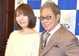 『第54回 平成29年度日本クラウンヒット賞』贈呈式に出席した(左から)半崎美子、北島三郎 (C)ORICON NewS inc.