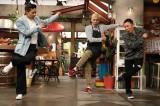 カンテレ・フジテレビ系バラエティー『おかべろ』に出演する松本利夫にダンス指導を受ける田村亮と岡村隆史(C)カンテレ