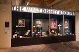 『ウォルト・ディズニー・アーカイブス展〜ミッキーマウスから続く、未来への物語〜』ウォルト・ディズニー・アーカイブスのロビーにある巨大なショーケースを再現(C)Disney