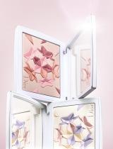 4色で彩られた花びらのカラーハーモニーが肌に輝きを与える『スノーブラッシュ&ブルームパウダー 002 スプリングコーラル(上)003 スイートラベンダー(下)』(税抜7600円)