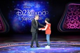 ウォルト・ディズニー・スタジオ、マーケティング部門代表のリッキー・ストラウス氏と石橋陽彩(C)Disney