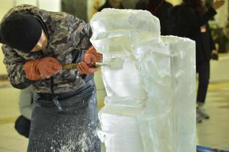 氷彫刻家が現地で女子スピードスケート氷像を制作