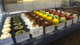 ショーケースには柚子、抹茶、餅など日本の食材を使った商品が並ぶ(C)カンテレ