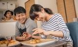 楽しそうにパンを作る深川麻衣、山下健二郎 (C)2017映画「パンとバスと2度目のハツコイ」製作委員会