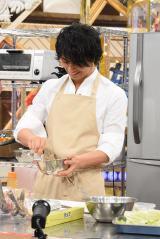 『得する人損する人』で料理の腕前を披露する斎藤工(C)日本テレビ