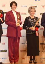 『第72回 毎日映画コンクール』の表彰式に出席した(左から)長澤まさみ、水野久美 (C)ORICON NewS inc.