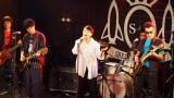NHK福岡発地域ドラマ『You May Dream』の完成記念イベント。中央の女性がシーナ役を演じた石橋静河、右でギターを弾いているのが鮎川誠(C)NHK