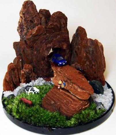 """岩をウッドチップで、草原を苔で表現した""""植ラマ""""(写真提供 緑花星)"""