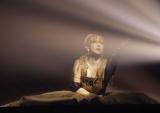 浜崎あゆみ、最多60公演ツアー千秋楽で涙 セクシー衣装で亀田興毅に迫る場面も