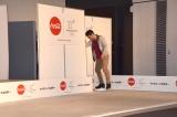 """綾瀬はるかが衝突した壁を確認する高橋大輔=コカ・コーラの『""""ウチのコークは世界一""""「コカ・コーラ」平昌2018冬季オリンピック応援キャンペーンPRイベント』 (C)ORICON NewS inc."""