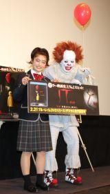 現役JK井上咲楽(左)を見つめる田中卓志 (C)ORICON NewS inc.