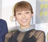 東京・国立新美術館で行われた『PERSOL PREMIUM FRIDAY』テープカットセレモニーで渡辺の勤勉さを称賛した若槻千夏  (C)ORICON NewS inc.