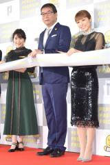 東京・国立新美術館で行われた『PERSOL PREMIUM FRIDAY』テープカットセレモニーに出席した(左から)渡辺麻友、水田正道CEO、若槻千夏 (C)ORICON NewS inc.