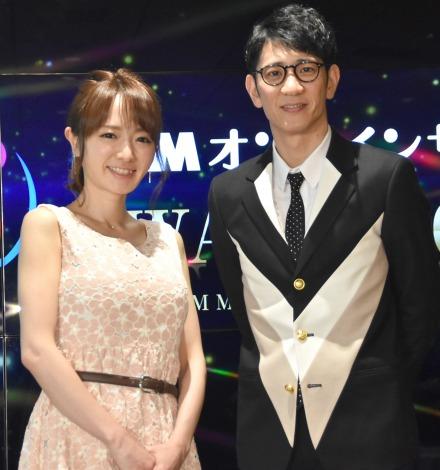 『DMMオンラインサロンAWARD2017』表彰式の司会を務めた(左から)紺野あさ美さん、柴田英嗣 (C)ORICON NewS inc.