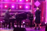 2月25日放送、『今夜、誕生!音楽チャンプ』より。ピアノの生伴奏で安室奈美恵の「Love Story」を歌う丸山純奈さん(C)テレビ朝日