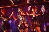 アルバム収録曲「人差し指の銃弾」をライブ初披露(左から森保まどか、宮脇咲良、指原莉乃)(C)AKS