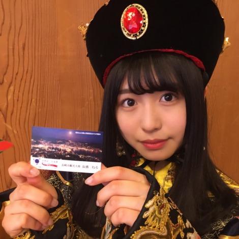 長崎市観光大使の名刺を手にした長濱ねる